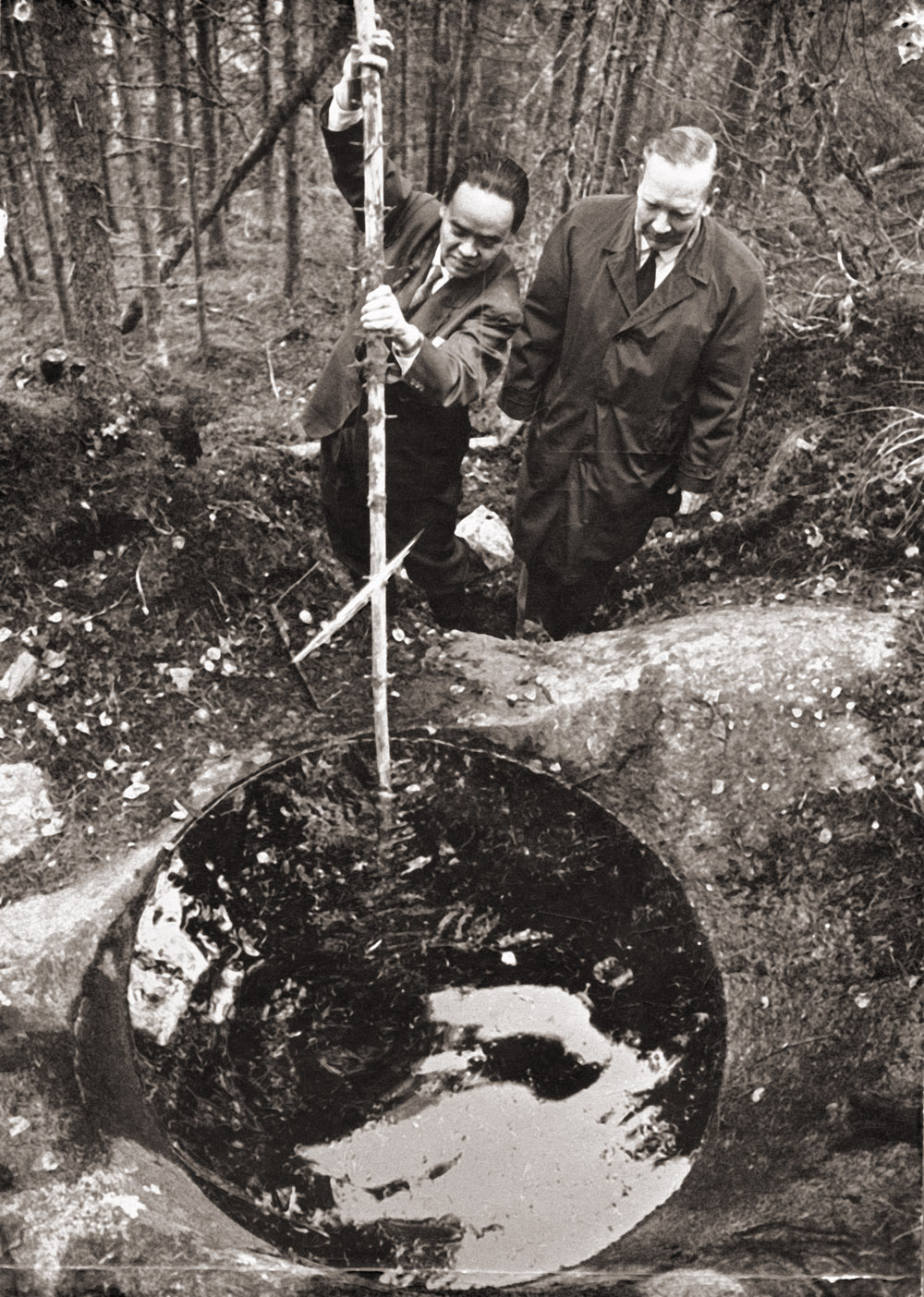 Professori Veikko Okko ja professori Asuro Asai Askolan hiidenkirnuilla